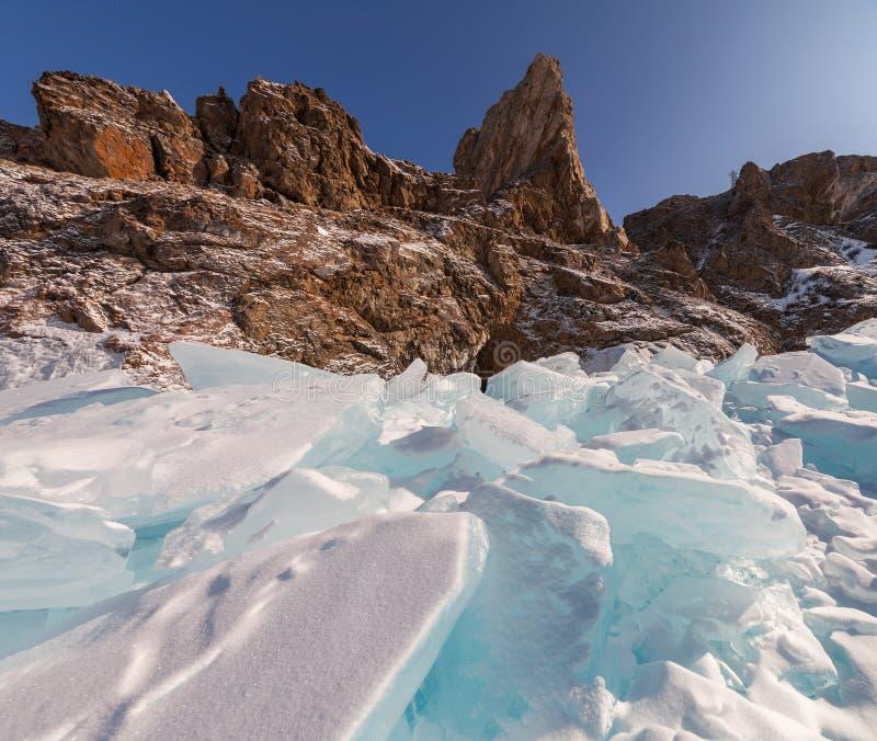 Roches sur le lac Baikal en hiver images libres de droits