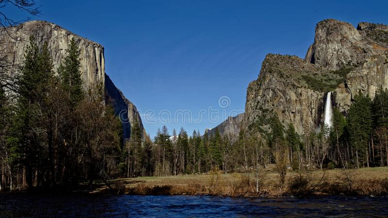 Roches sur le rivage de lac photographie stock libre de droits