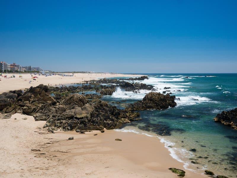 Rochoso bonito e Sandy Beach em Portugal no verão imagens de stock royalty free