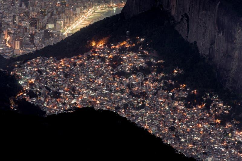 Rocinha贫民窟和莱布隆和伊帕内马在晚上 库存照片