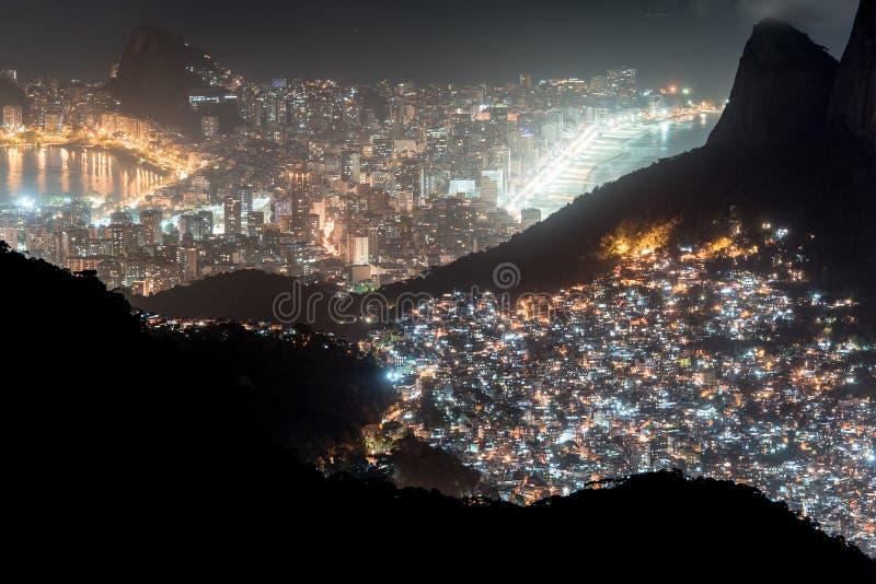 Rocinha贫民窟和莱布隆和伊帕内马在晚上 免版税库存照片