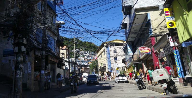 Rocinha gemenskap, massor av människor, massor av hus, shoppar Rio de Janeiro Brasilien arkivfoto
