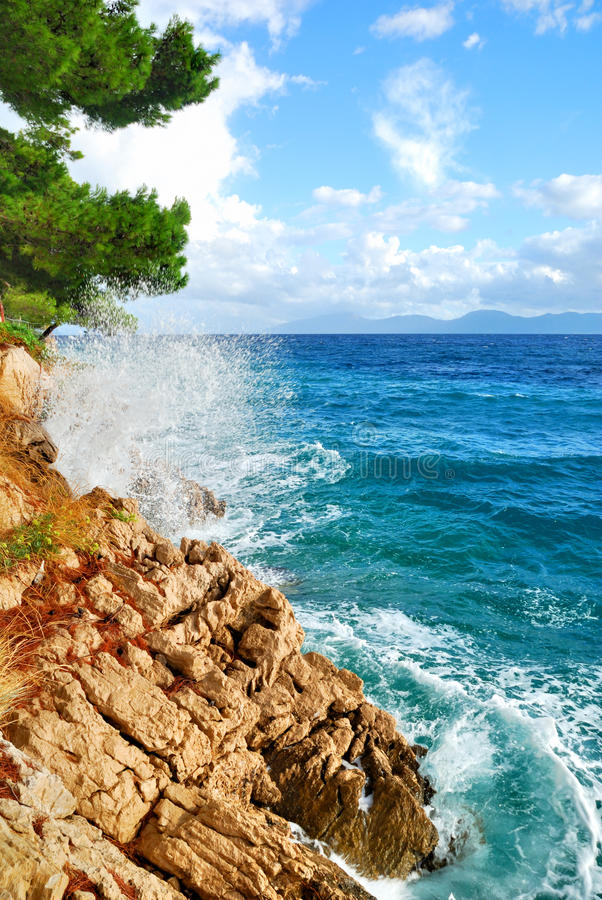 Free Rock Cliff Blue Sea Waves Royalty Free Stock Photos - 28270418