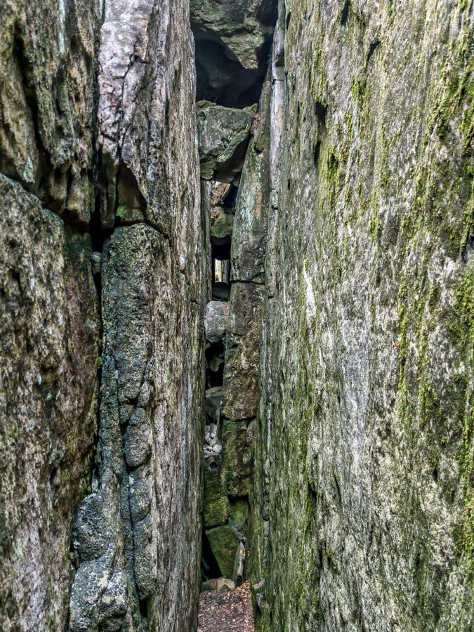 Rock crevasse i nationalparken Table Mountain i Polen royaltyfria foton