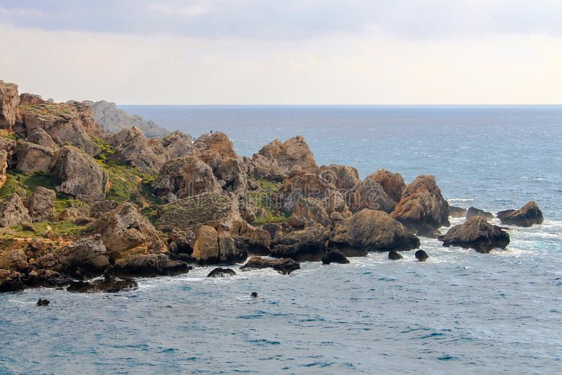 Rock edge in Golden Bay, Malta stock foto's