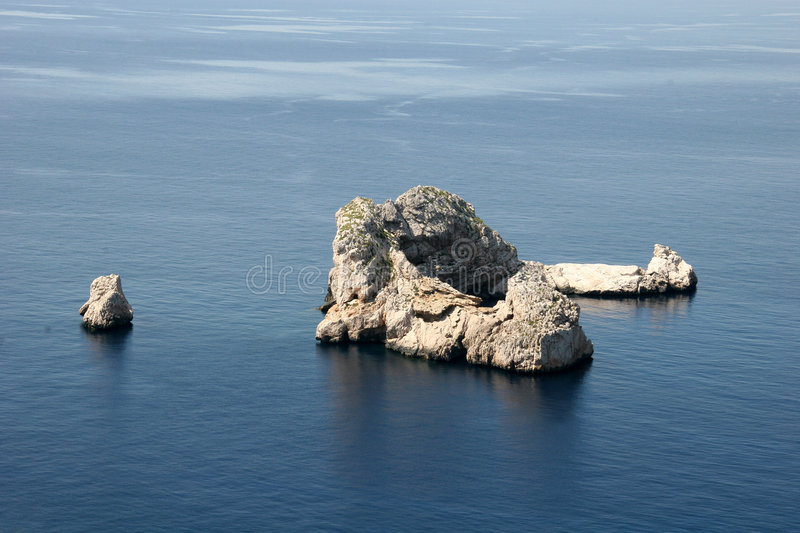 Download Rock In The Middle Of The Ocean Stock Image - Image: 853519