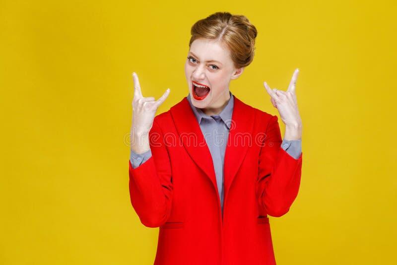 Rock-and-roll! Donna di affari che mostra il segno dell'attuatore fotografia stock libera da diritti