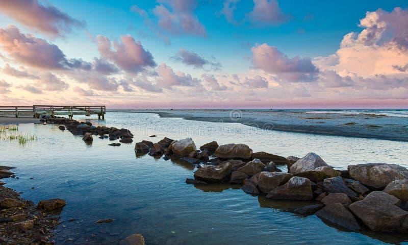 Rock Seawall in Calm Bay in Dusk stockbild