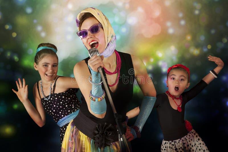 Rockabilly цыпленоки с винтажным микрофоном стоковые фото