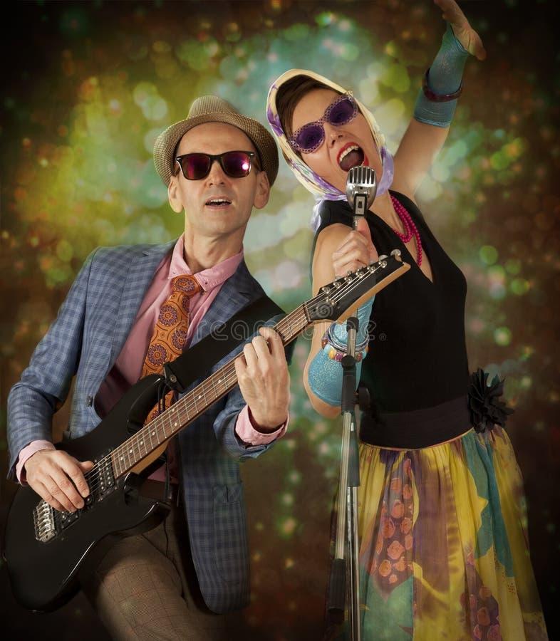 Rockabilly para bawić się śpiew i gitarę obrazy stock