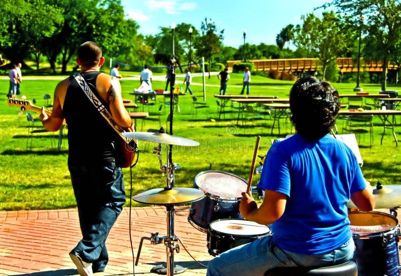 Rockband auf sonnigem Campus lizenzfreies stockbild