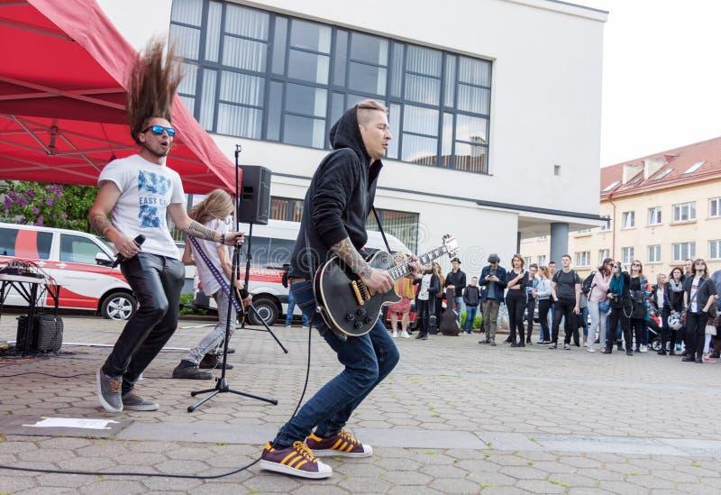 Rockband som utför på gatan royaltyfria bilder