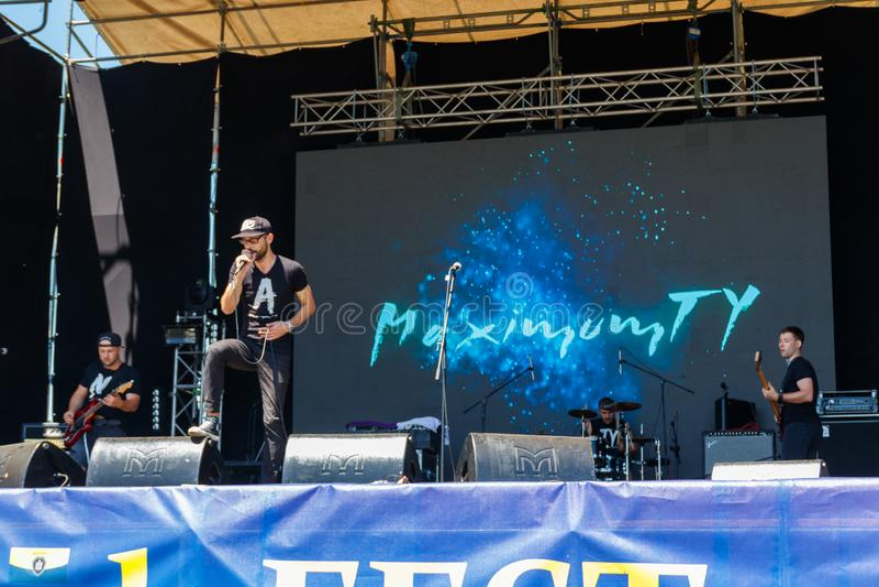 Rockbandet utför på en etapp under utomhus- fritt ethno-vaggar den festivalKozak festen royaltyfri fotografi