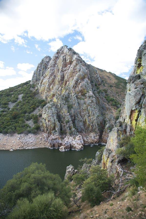 Rockberg på floden arkivfoto