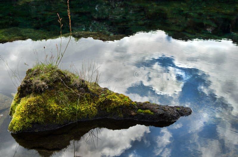 Rocke στο κέντρο μιας λίμνης στοκ εικόνες