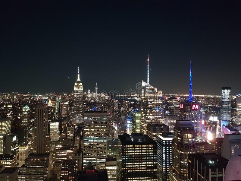 Rockefeller-Mitte nachts New York gesehen von oben stockbild