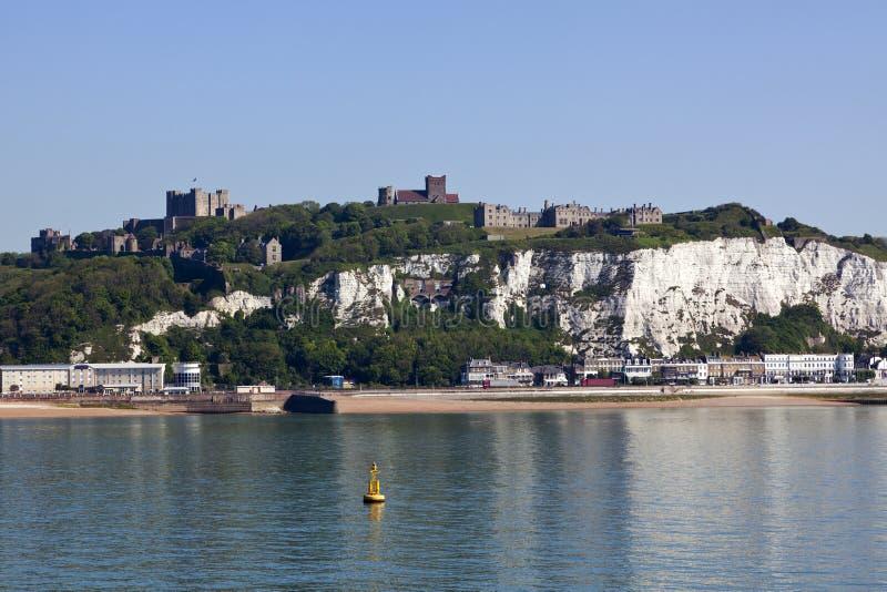 Rockera, den vita klippor och stranden av Dover arkivbild
