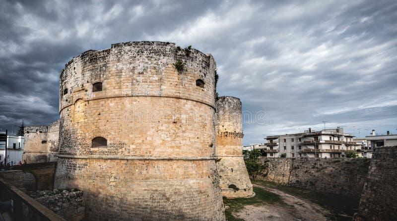 Rockera dramatisk himmel för tornet - Otranto - Apulia - Italien arkivbild
