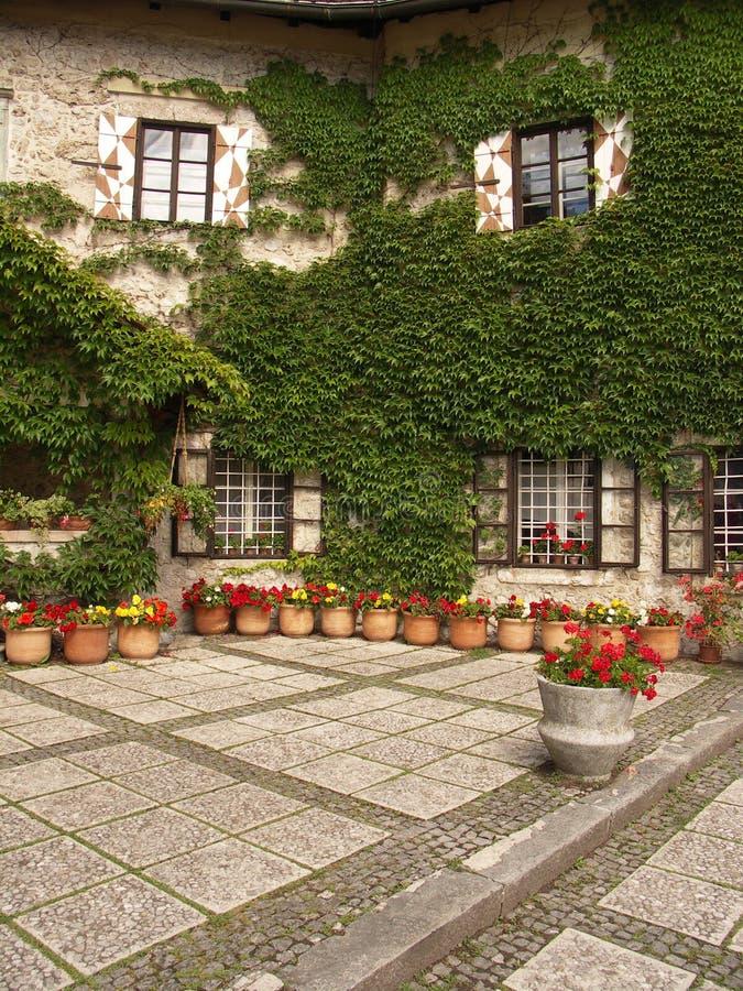 Download Rockera gården arkivfoto. Bild av utomhus, slott, lopp - 276412