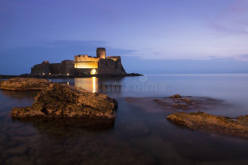 Rockera i havet i den Le Castella staden, Calabria, Italien royaltyfri fotografi