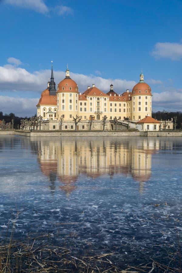Rockera Moritzburg i Dresden med reflexioner i isen i vintern royaltyfri fotografi