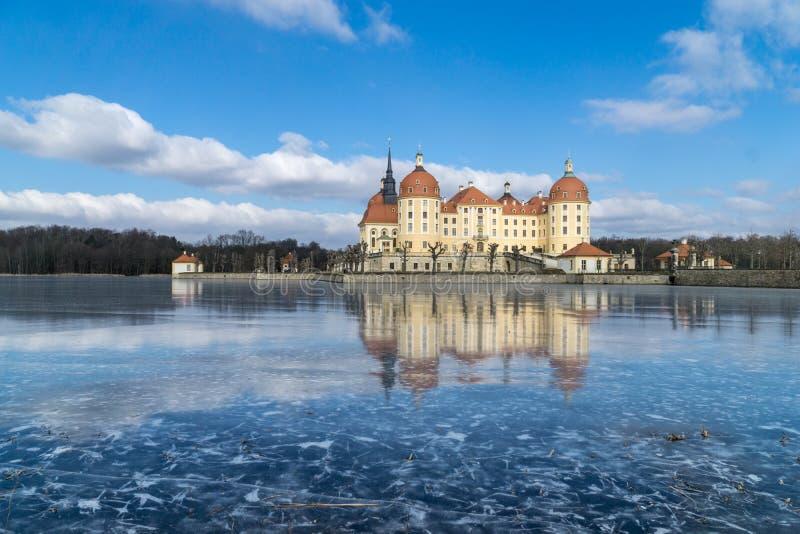 Rockera Moritzburg i Dresden med reflexioner i isen i vintern arkivfoto
