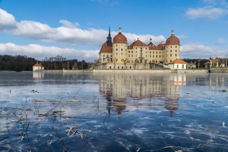 Rockera Moritzburg i Dresden med reflexioner i isen i vintern fotografering för bildbyråer