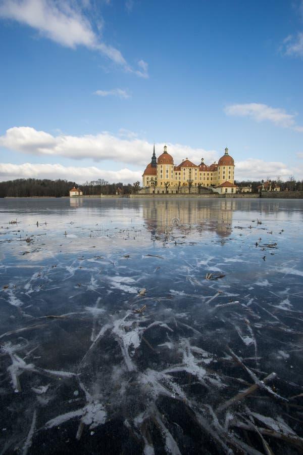 Rockera Moritzburg i Dresden med reflexioner i isen i vintern royaltyfria bilder