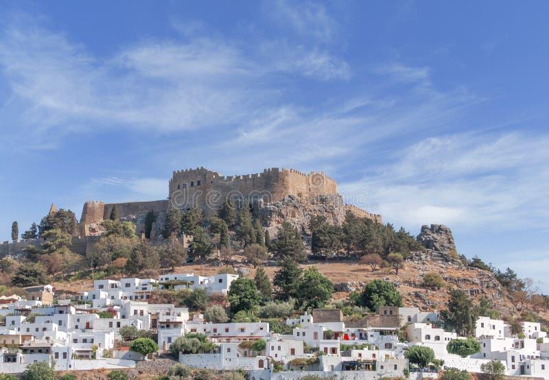 Rockera siktsakropolen av staden Lindos av den Rhodes ön arkivbilder