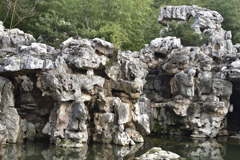 Rockery в саде стоковые фотографии rf