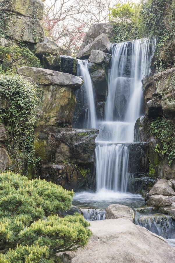 Rockery и проточная вода стоковые изображения