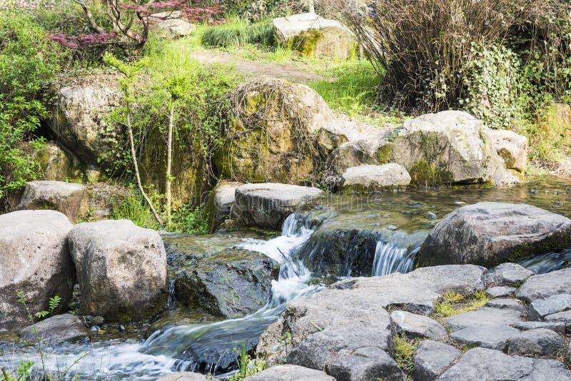 Rockery и проточная вода стоковое фото rf