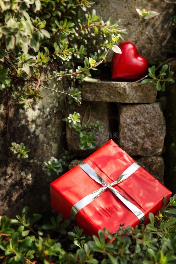 Rockery с красным сердцем и настоящим моментом стоковые фотографии rf