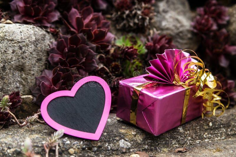 Rockery с розовым сердцем и подарком стоковые изображения rf