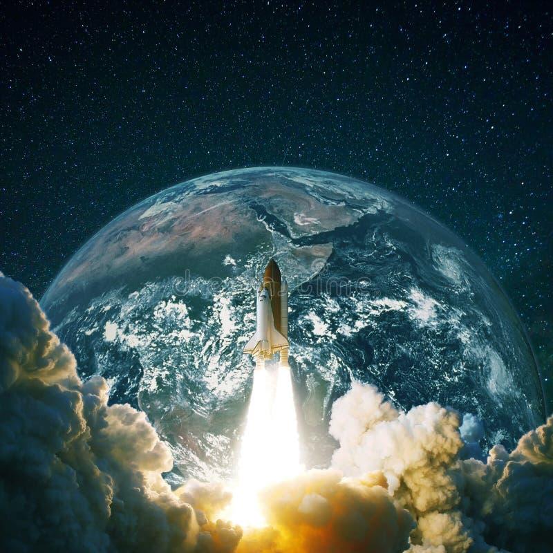 Rocket decola A nave espacial voa perto da terra do planeta e do céu estrelado ilustração royalty free