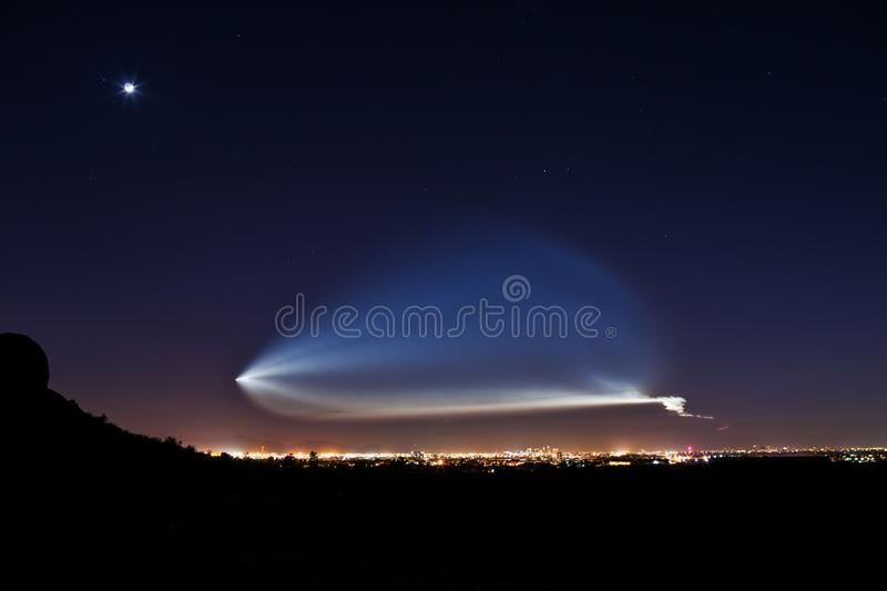 Rocket Launch nachts lizenzfreies stockfoto