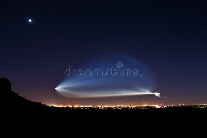 Rocket Launch på natten royaltyfri foto