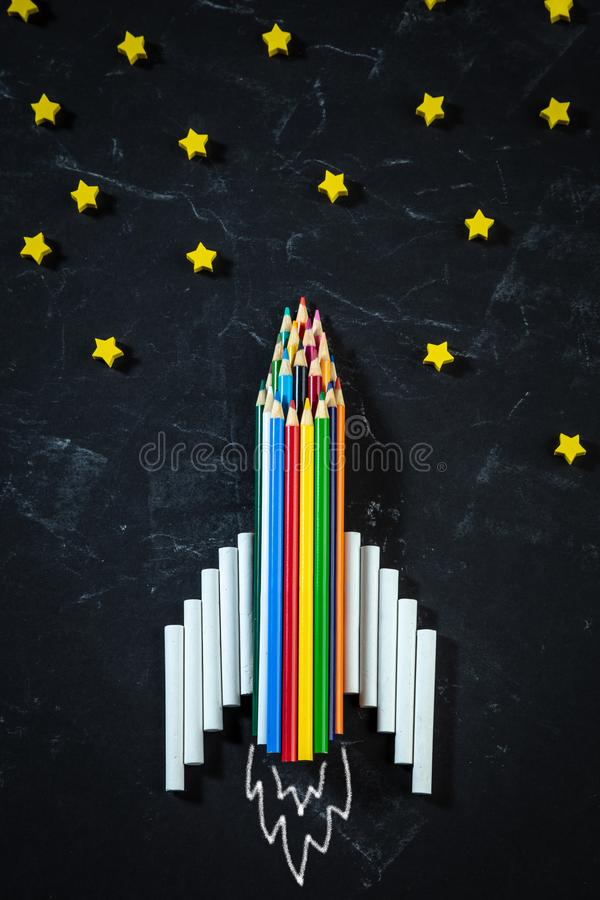 Rocket Made From Colored Pencils und Kreide stockfoto