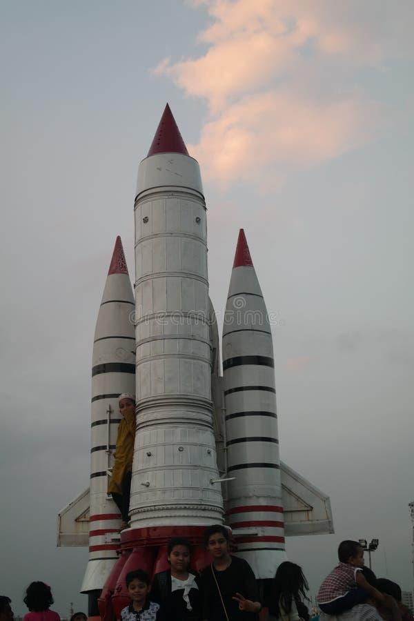 Rocket pronto para obter lançou a exposição no museu da força aérea de Dhaka foto de stock