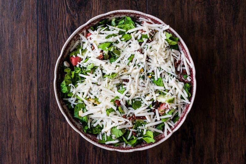 Rocket Salad met Bryndza kaas of Tulum-peyniri royalty-vrije stock afbeeldingen