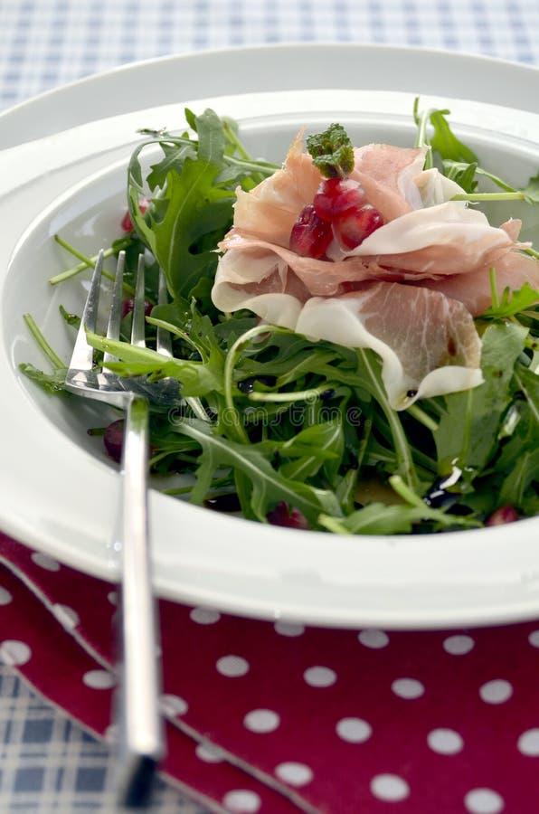 Rocket-Salat mit Parmaschinken- und Granatapfelsamen stockfotografie