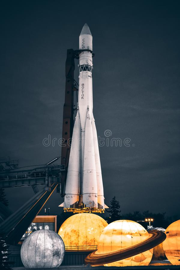 Rocket Vostok no parque ao lado da exposi??o dos planetas em tons cinzentos fotografia de stock royalty free