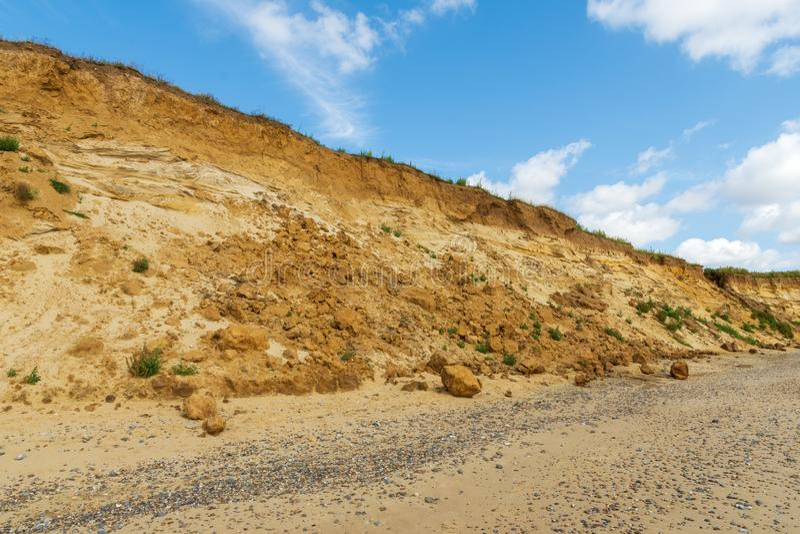 Rockfall devido à erosão no Suffolk de Covehithe, Reino Unido foto de stock