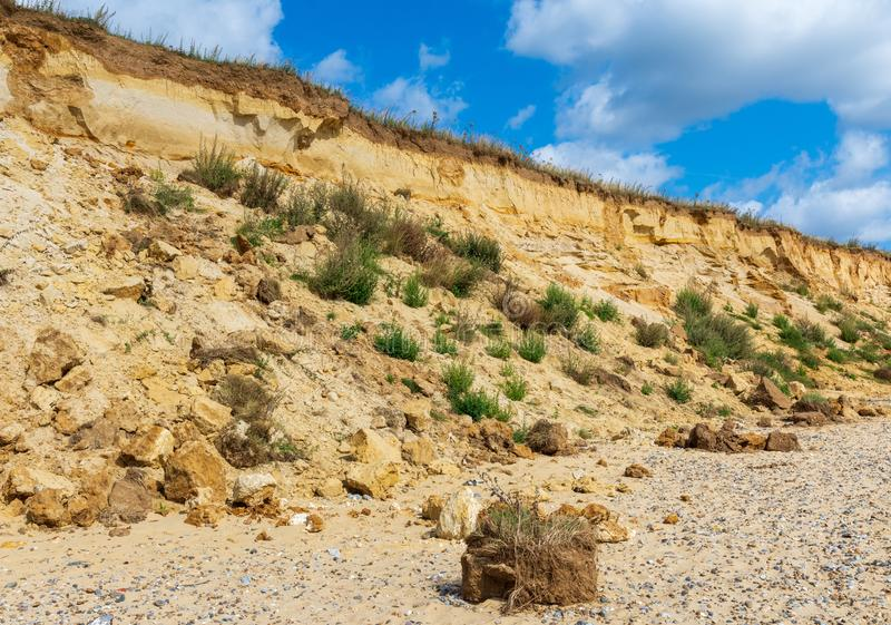 Rockfall dos penhascos na praia de Covehithe no Suffolk, Reino Unido fotografia de stock royalty free