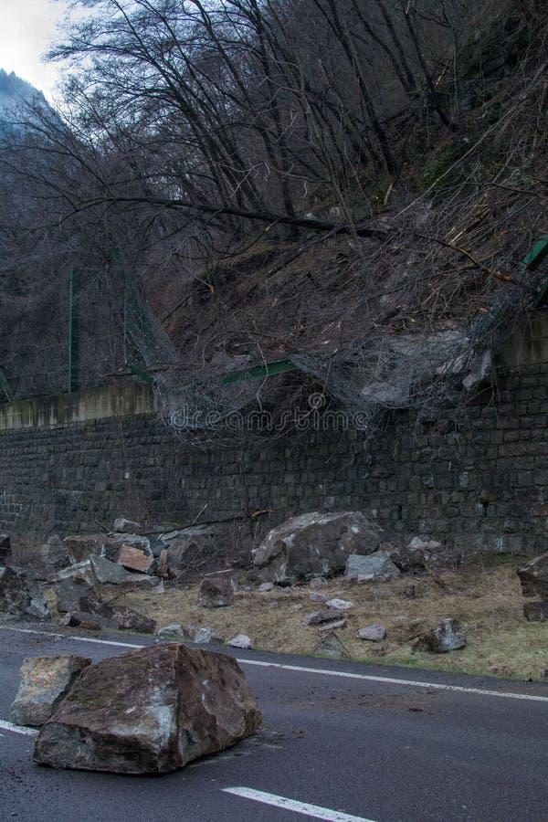 Rockfall sieć niszcząca dużymi skałami obrazy stock