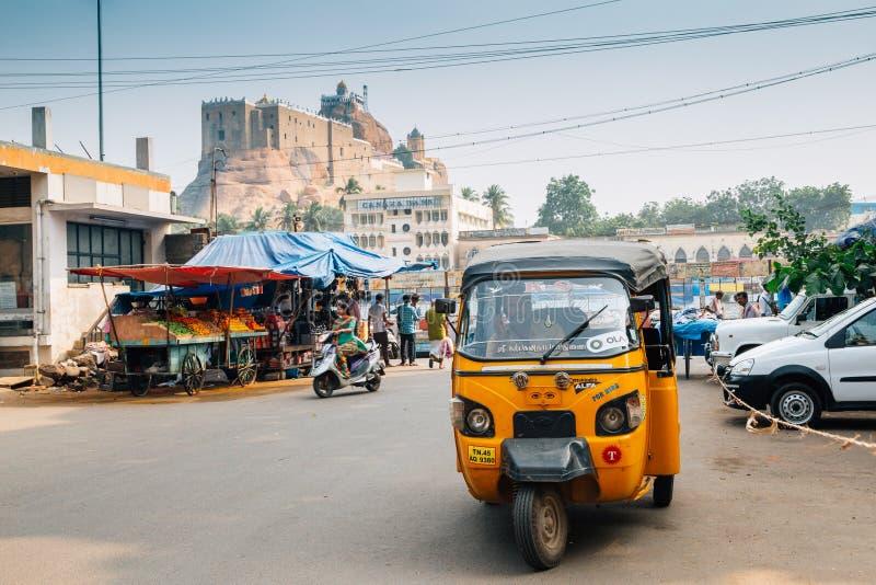 Rockfort och gatamarknad, rickshaw i Tiruchirappalli, Indien fotografering för bildbyråer