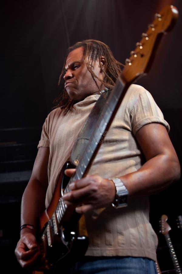 Rockgitarrist som utför på etapp arkivbild