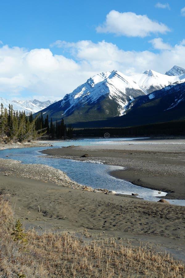 Rockies en de rivier van de winter Canadese stock afbeeldingen