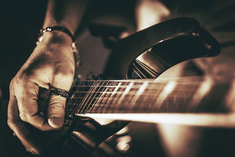 Rockman gitarrspelare arkivbilder