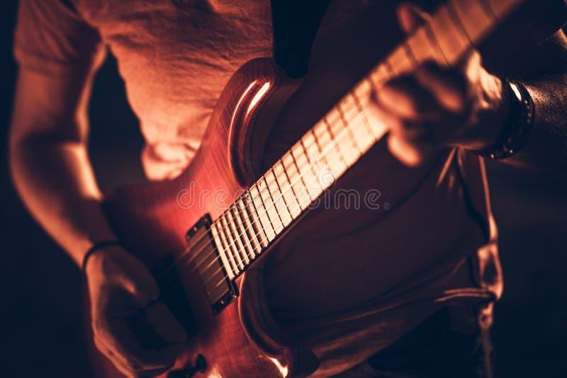 Rockman mit der Gitarre stockfotografie